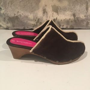 ALMOST NEW ISAAC MIZRAHI CLOGS SIZE 9